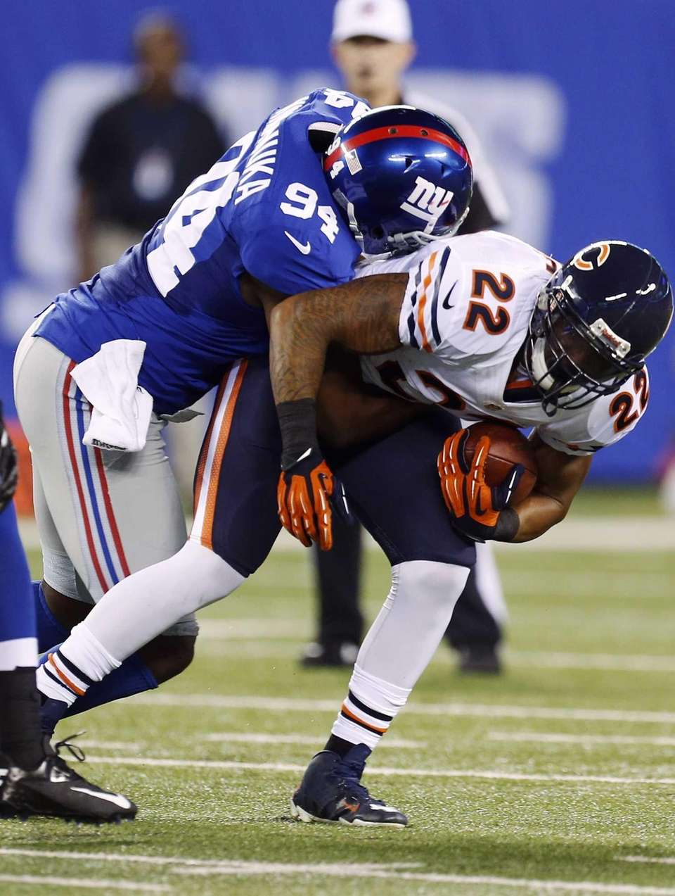 Mathias Kiwanuka tackles Bears running back Matt Forte