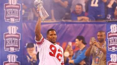 2007 Super Bowl Champion Michael Strahan acknowledges the