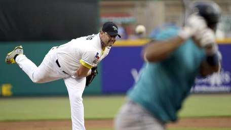 Sugar Land Skeeters' Roger Clemens, left, throws a