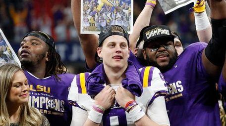LSU quarterback Joe Burrow celebrate with teammates after