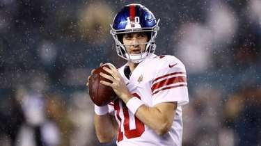 Giants quarterback Eli Manning warms up before a