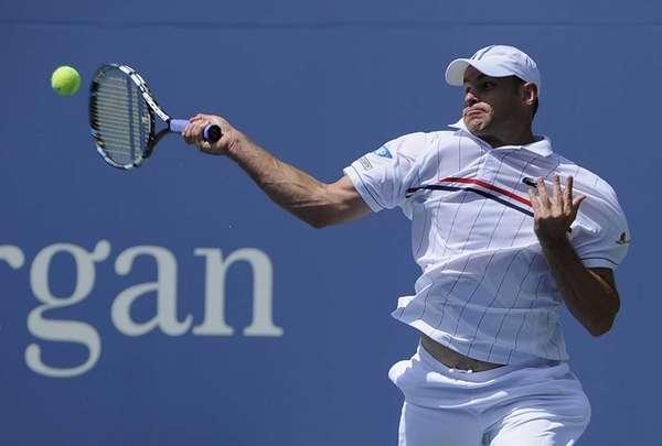 Andy Roddick returns the ball to Rhyne Williams