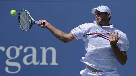 Andy Roddick returns the ball to Rhyne Williams
