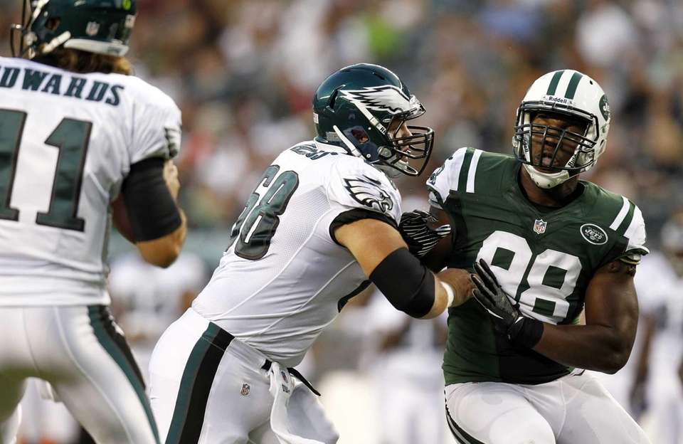 Eagles offensive lineman Steve Vallos blocks Quinton Coples