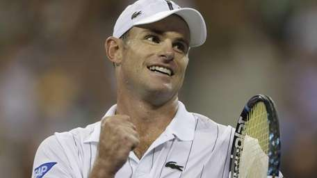 Andy Roddick reacts after beating Bernard Tomic in