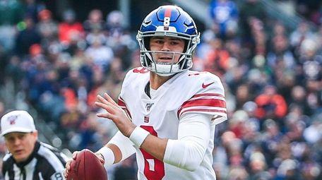 Giants quarterback Daniel Jones scrambles against the Bears