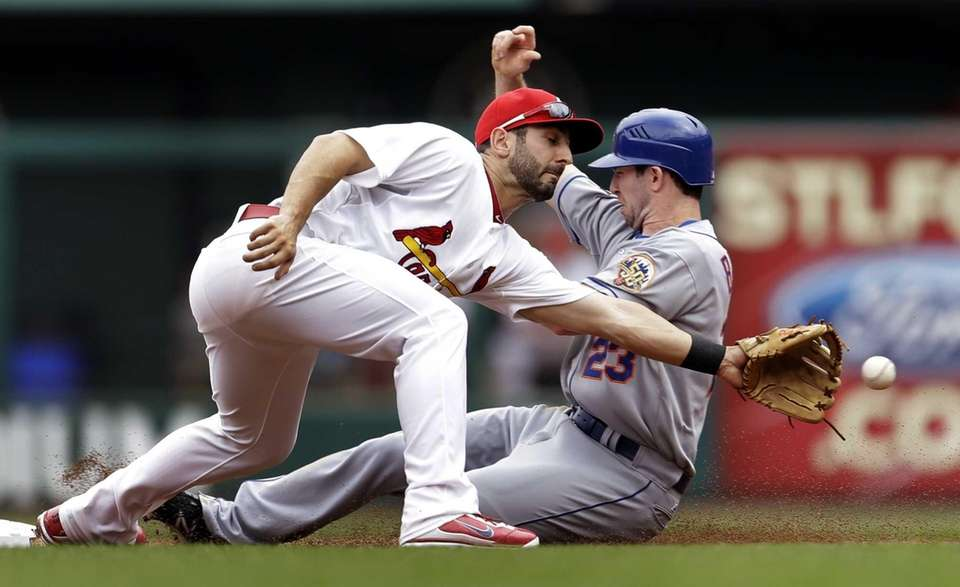 St. Louis Cardinals shortstop Daniel Descalso, left, cannot