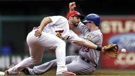 St. Louis Cardinals shortstop Daniel Descalso, left, cannot