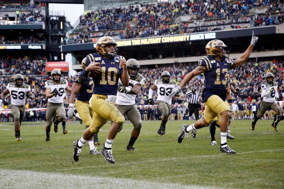 Navy's Malcolm Perry (10) runs for touchdown during