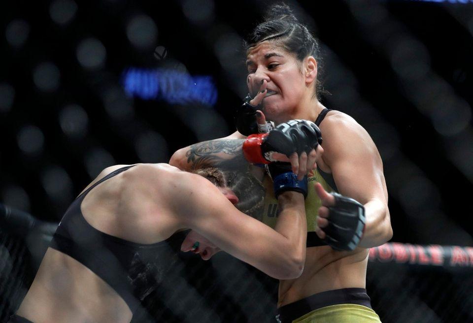 Irene Aldana (L) and Ketlen Vieira battle in