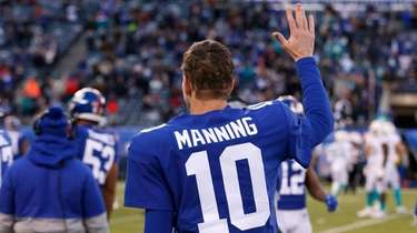 Eli Manning of the Giants waves to the