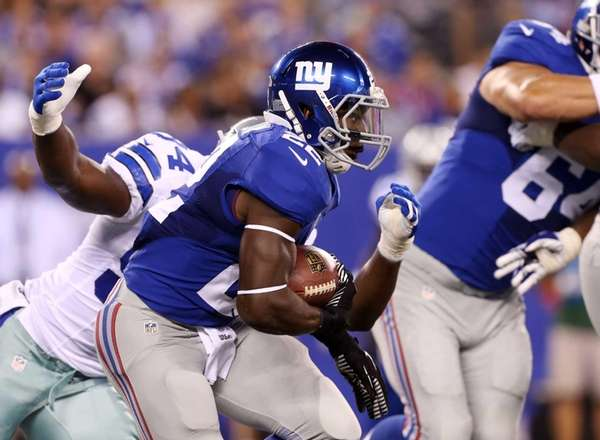 David Wilson runs the ball against the Dallas