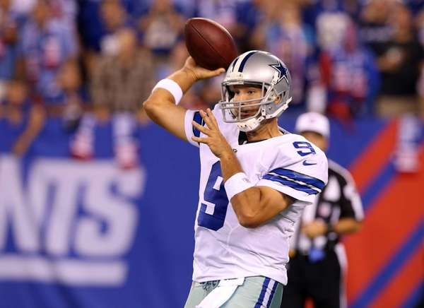 Tony Romo throws a pass against the Giants