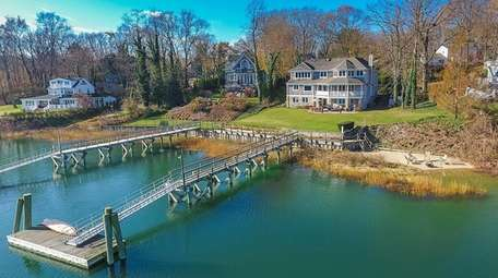 The home offers water access to Britannia Yacht