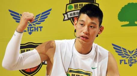 American basketball star Jeremy Lin gives lessons to