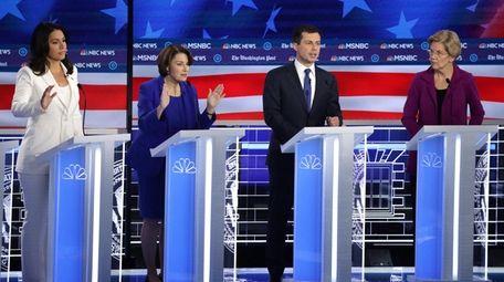 Democratic presidential candidates Rep. Tulsi Gabbard (D-HI) (L),