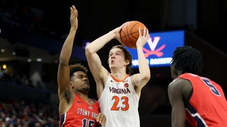 Kody Stattmann #23 of the Virginia Cavaliers shoots