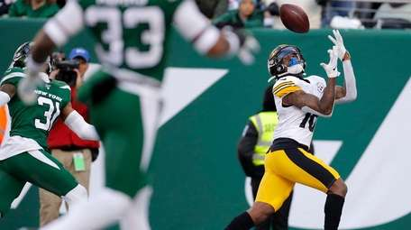 Steelers wide receiver Diontae Johnson catches a touchdown
