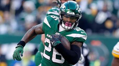 Le'Veon Bell of theJets runs the ball during