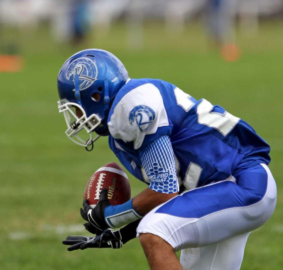 Riverhead WR Jeffrey Pittman #22 makes the catch