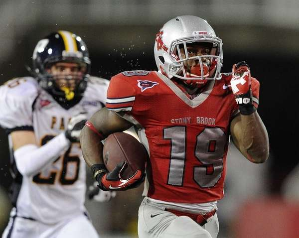 Stony Brook's Jamie Williams scores a third-quarter touchdown