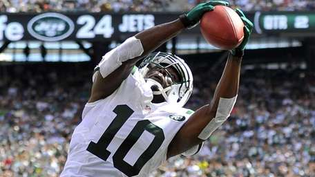 Santonio Holmes stretches to catch the ball but