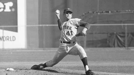 New York Mets pitcher Tom Seaver throws against