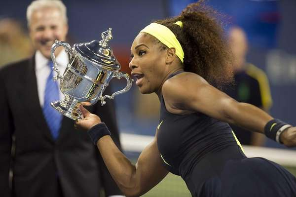 Serena Williams hams it up while holding her
