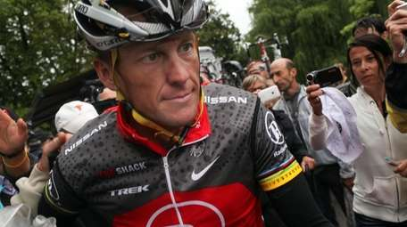 Lance Armstrong with team RadioShack heads to the