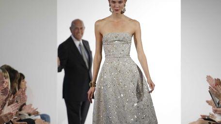 Fashion designer Oscar de la Renta watches as