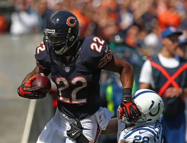 Chicago Bears running back Matt Forte tries to