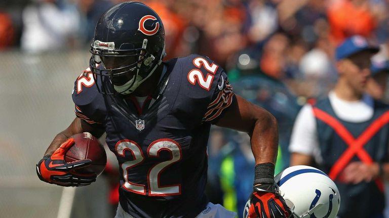Chicago Bears running back Matt Forte tries to