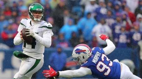 Sam Darnold of the Jets looks to throw