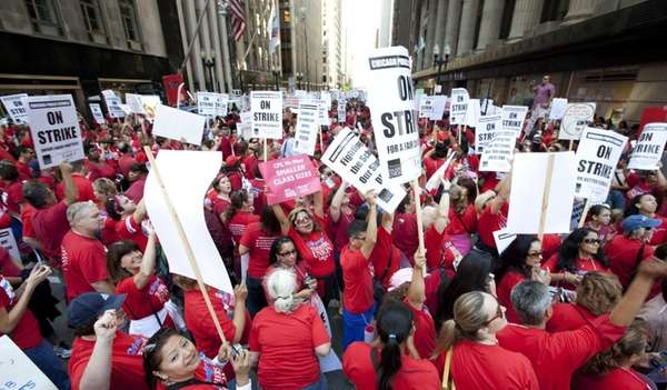 Thousands of public school teachers rally outside Chicago