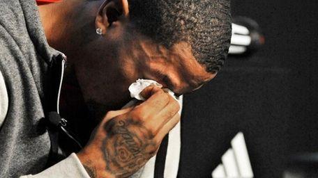 Chicago Bulls' Derrick Rose breaks down and cries
