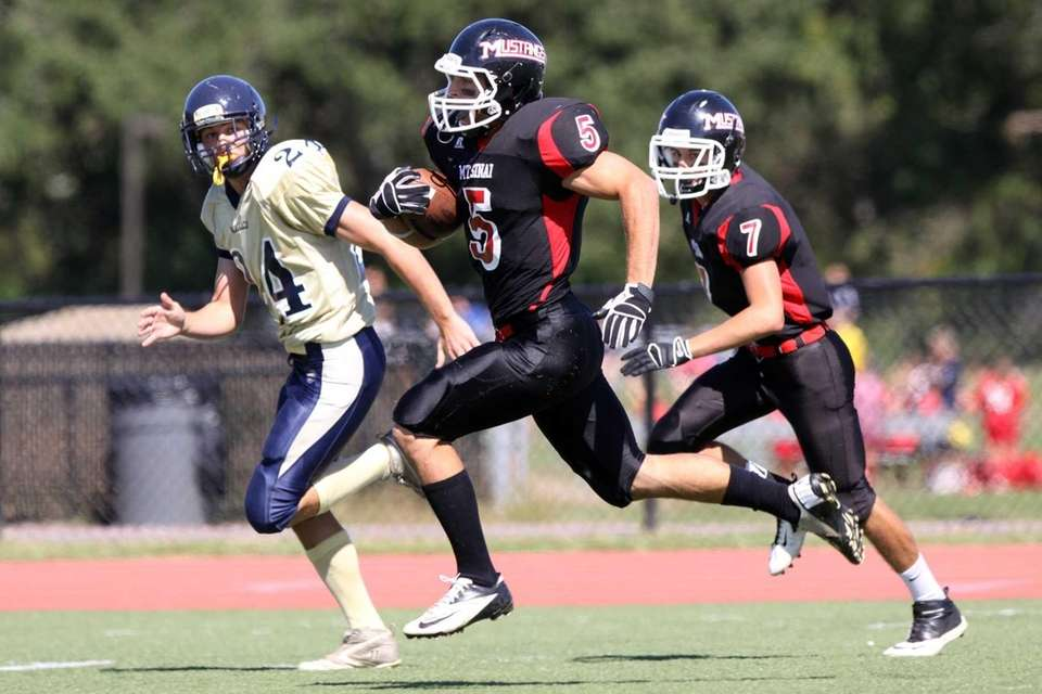 Mt. Sinai's Mark Donadio runs for a touchdown