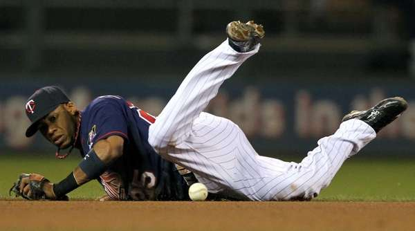 Minnesota Twins shortstop Pedro Florimon (25) bobbles the