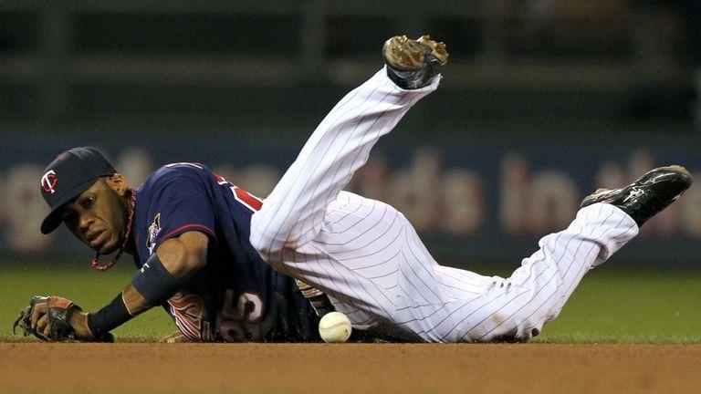 Minnesota Twins shortstop Pedro Florimon (25) bobbles the
