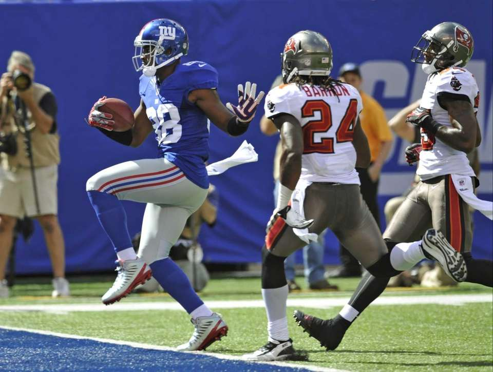 Giants wide receiver Hakeem Nicks (88) runs past