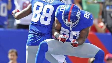 Hakeem Nicks and Victor Cruz celebrate Hicks' touchdown