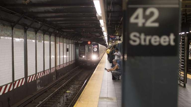 The southbound N/R subway station at 42nd Street,