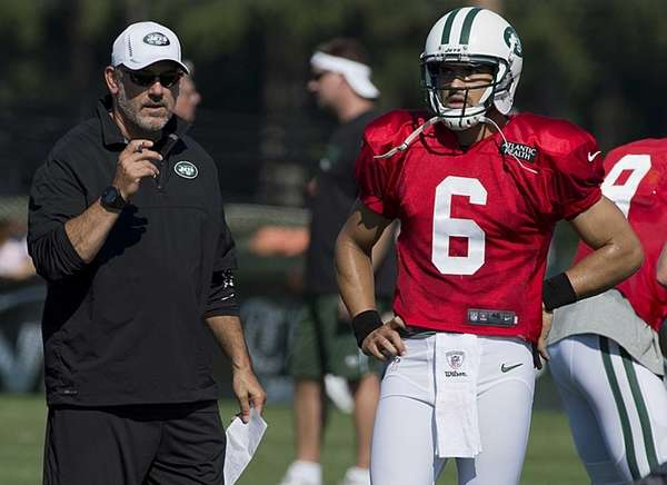 Quarterbacks coach Matt Cavanaugh talks with Mark Sanchez
