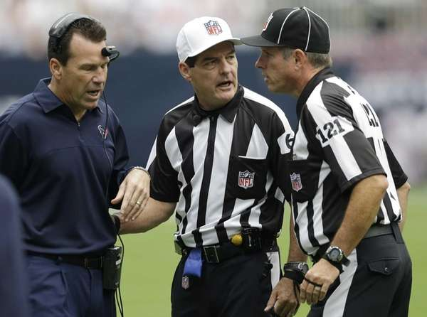 Houston Texans coach Gary Kubiak, left, discusses a