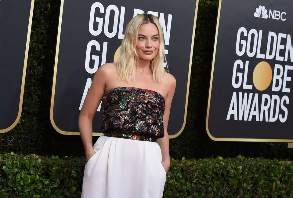 Margot Robbie arrives at the 77th annual Golden