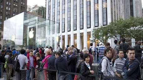 Line outside the Apple store on Fifth Avenue