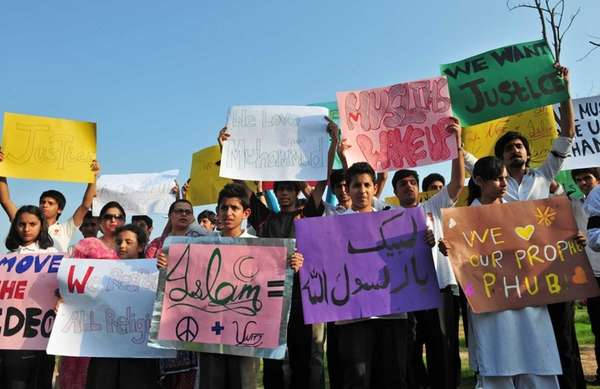 "Pakistani students protest against the controversial film ""Innocence"