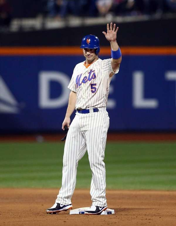 David Wright waves to the crowd after his