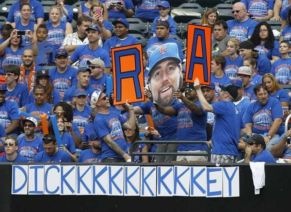 Fans pay tribute to New York Mets pitcher