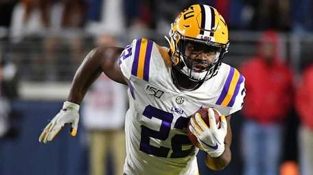 LSU running back Clyde Edwards-Helaire runs the ball