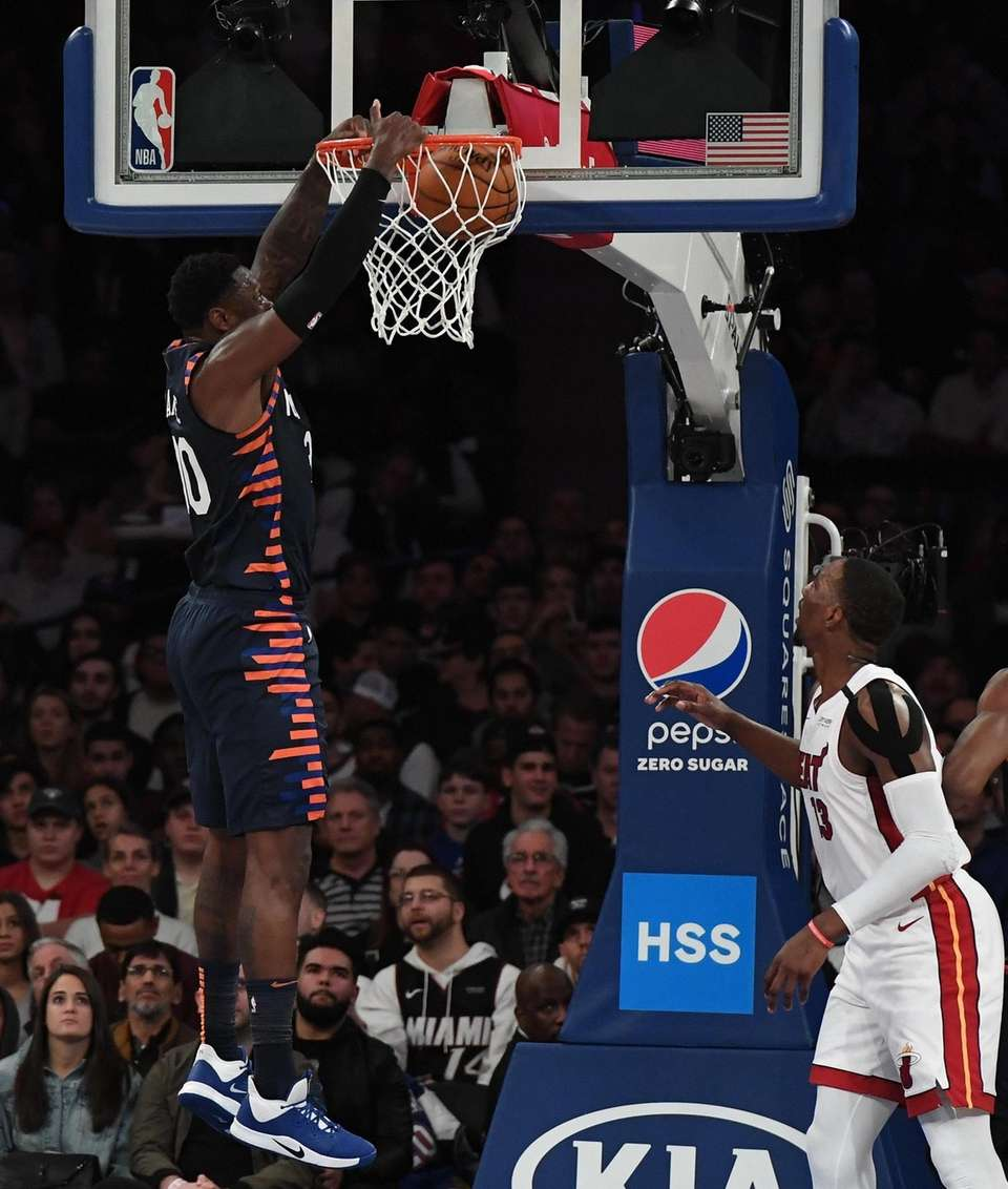 New York Knicks forward Julius Randle dunks against